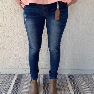Skinny jeans with knee slit